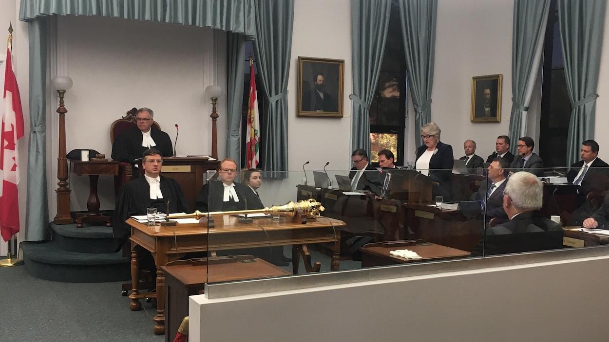 La ministre des Finances, Darlene Compton, dépose son budget à l'Assemblée législative.