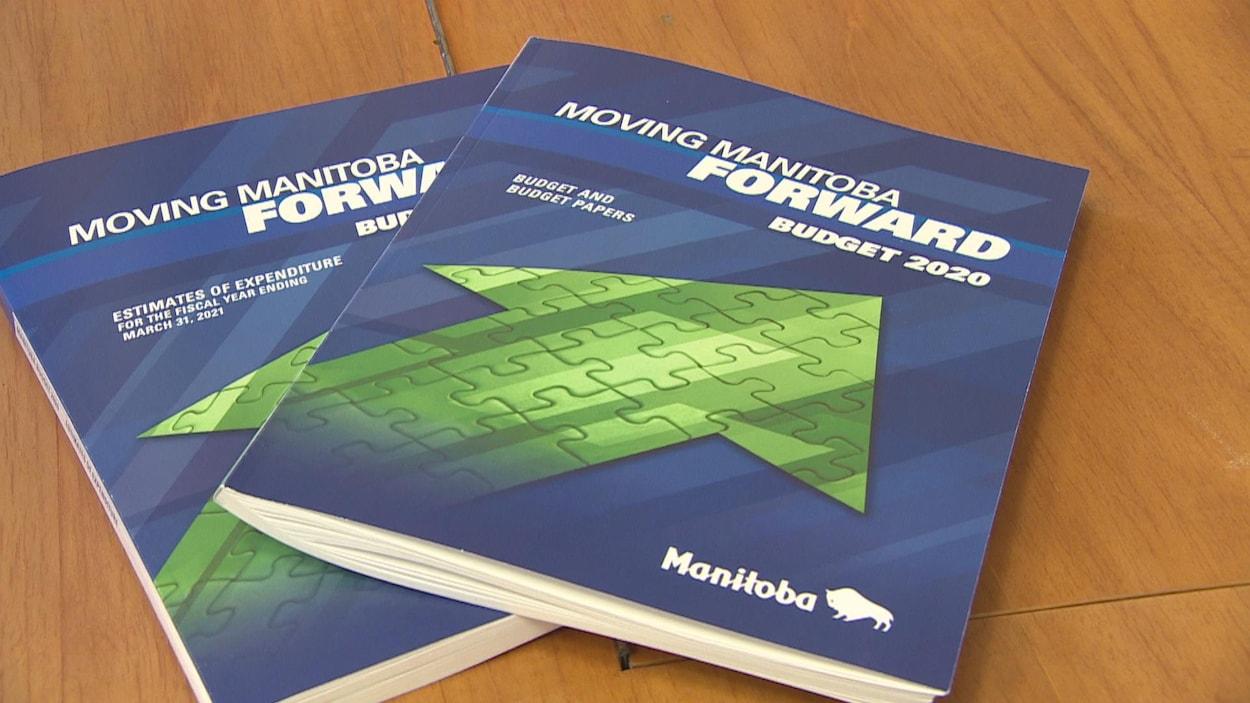 Deux cahiers du budget du Manitoba.