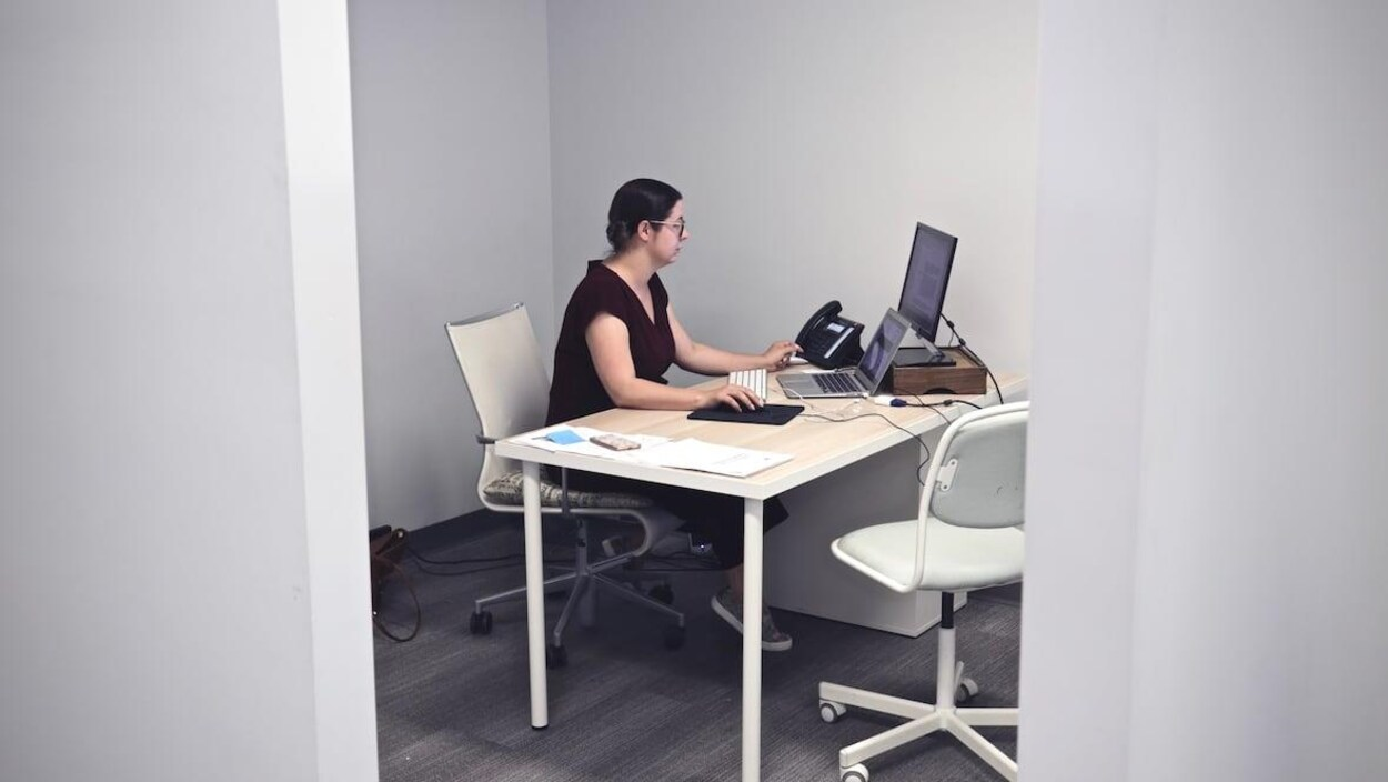 Amy Robichaud est assise à son bureau devant son ordinateur.