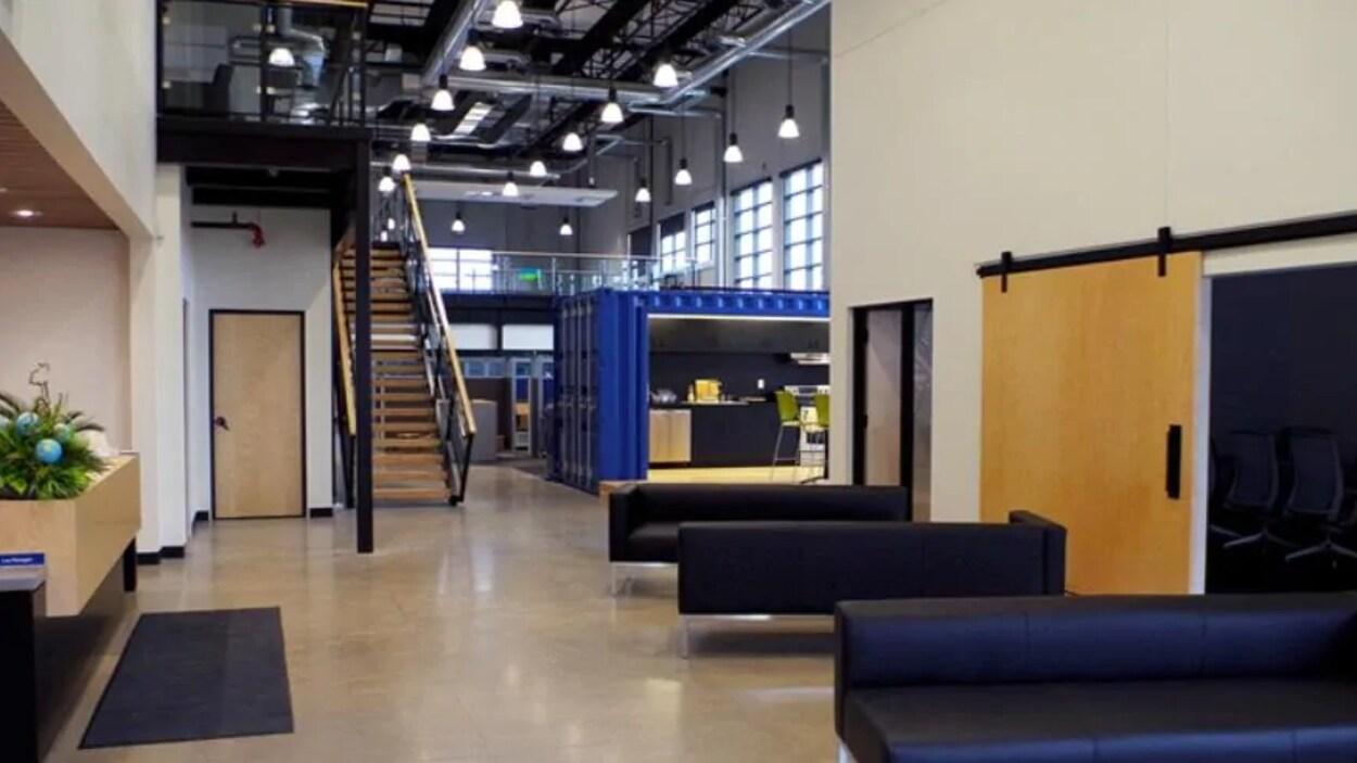 Des canapés et un escalier dans les bureaux de l'ancien siège social de la Régie de la plaque tournante de transport mondial.