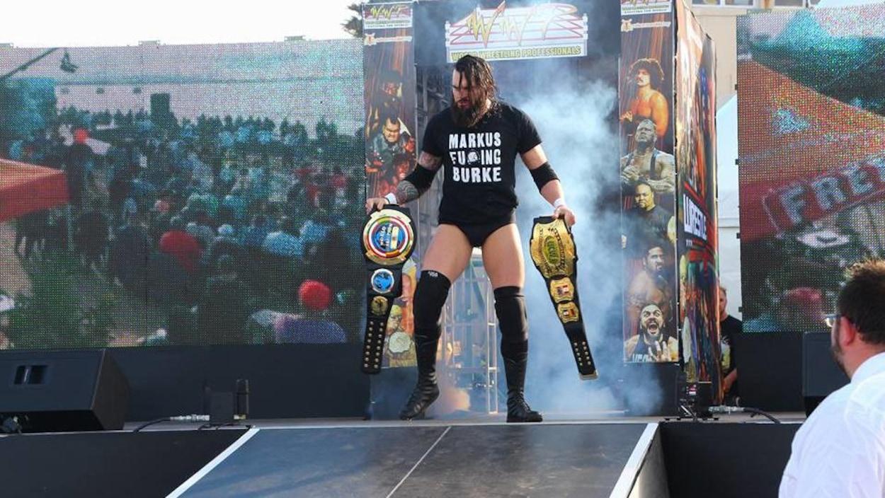 Markus Burke sur une scène devant des milliers de spectateurs