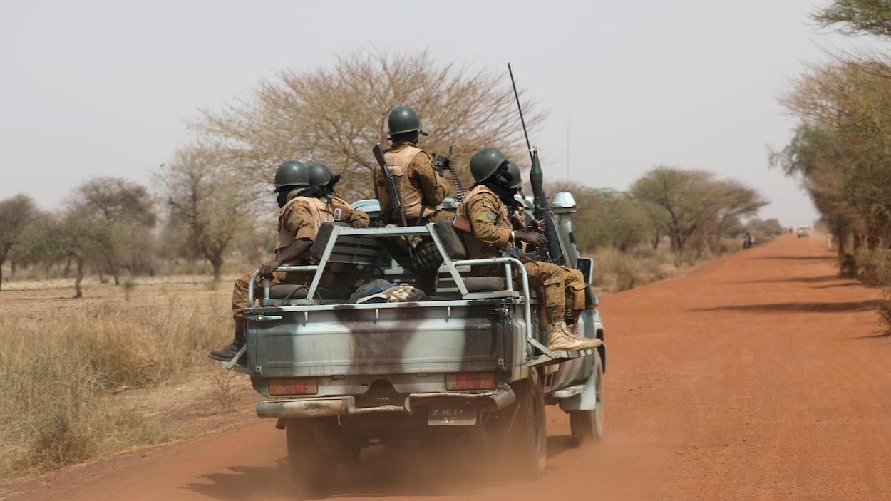 Des soldats du Burkina Faso en patrouille dans la brousse