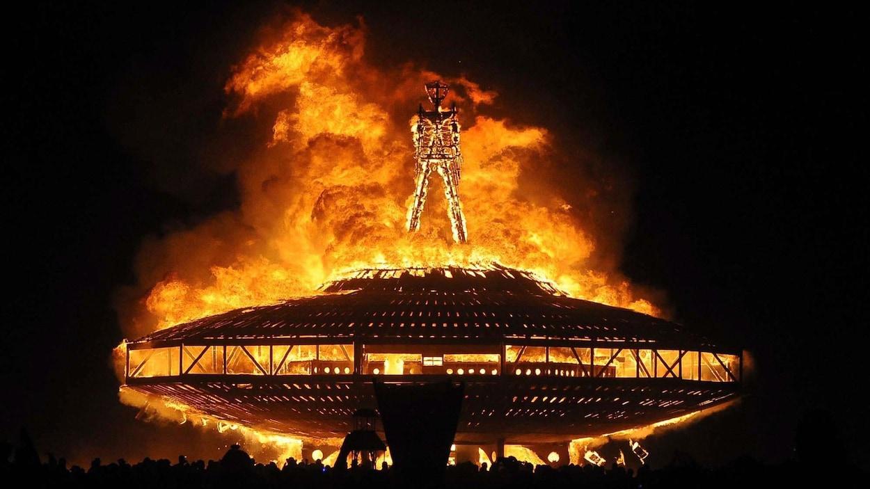 Lors de l'avant dernier jour de Burning Man, un homme en bois est brûlé.
