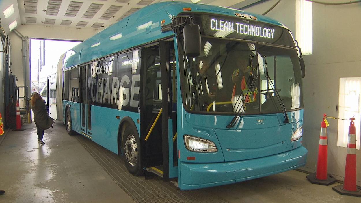 Un autobus dans le garage d'une société de transport en commun.