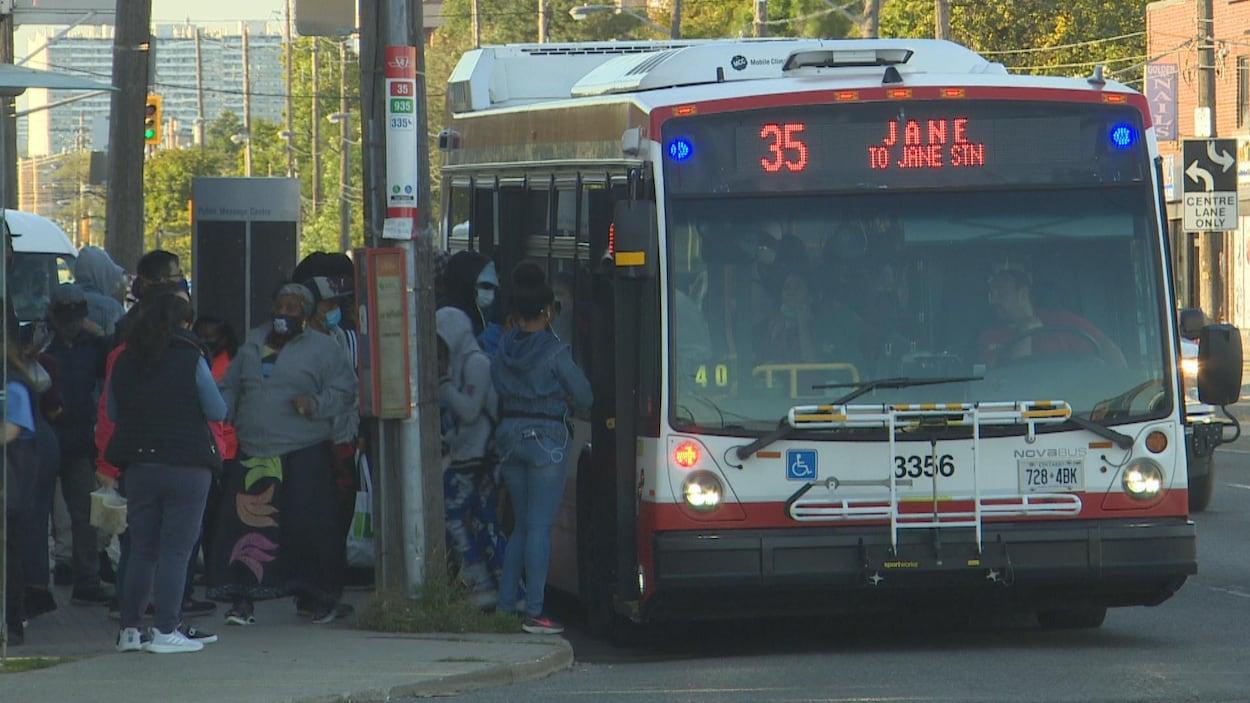Certains autobus sont bondés aux heures de pointe dans des quartiers de la banlieue de Toronto.