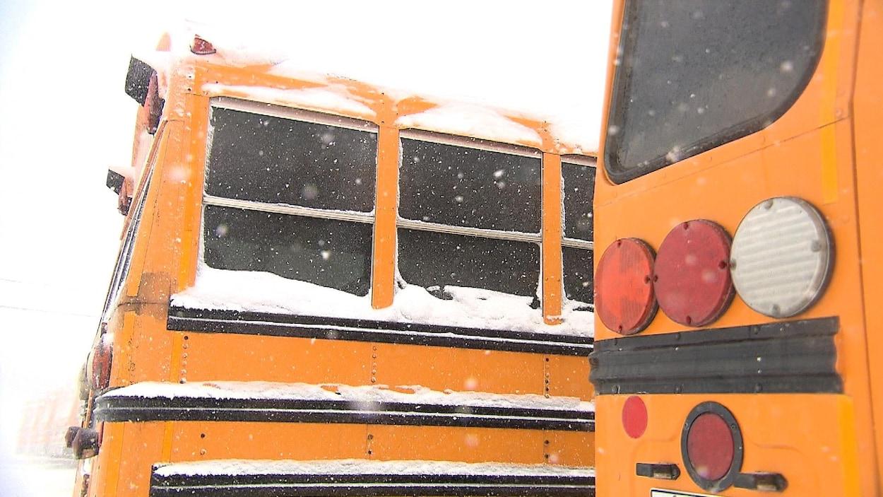 Des autobus scolaires sous la neige