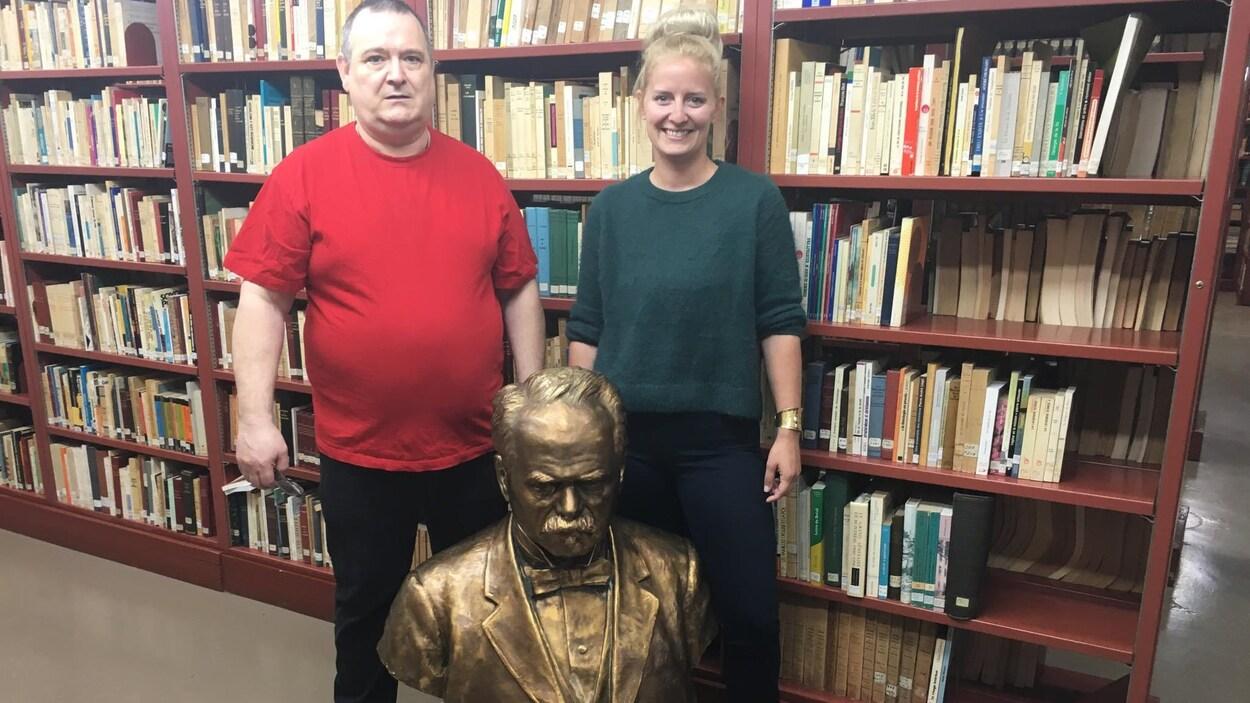 Jean-Pierre Vachon et Anaïs Girardot derrière la statue de Lomer Gouin.