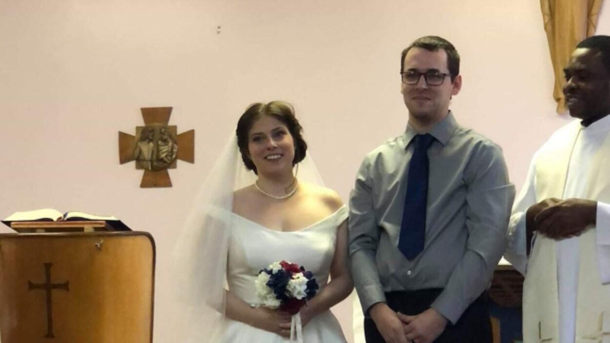 Les mariés en compagnie du prêtre