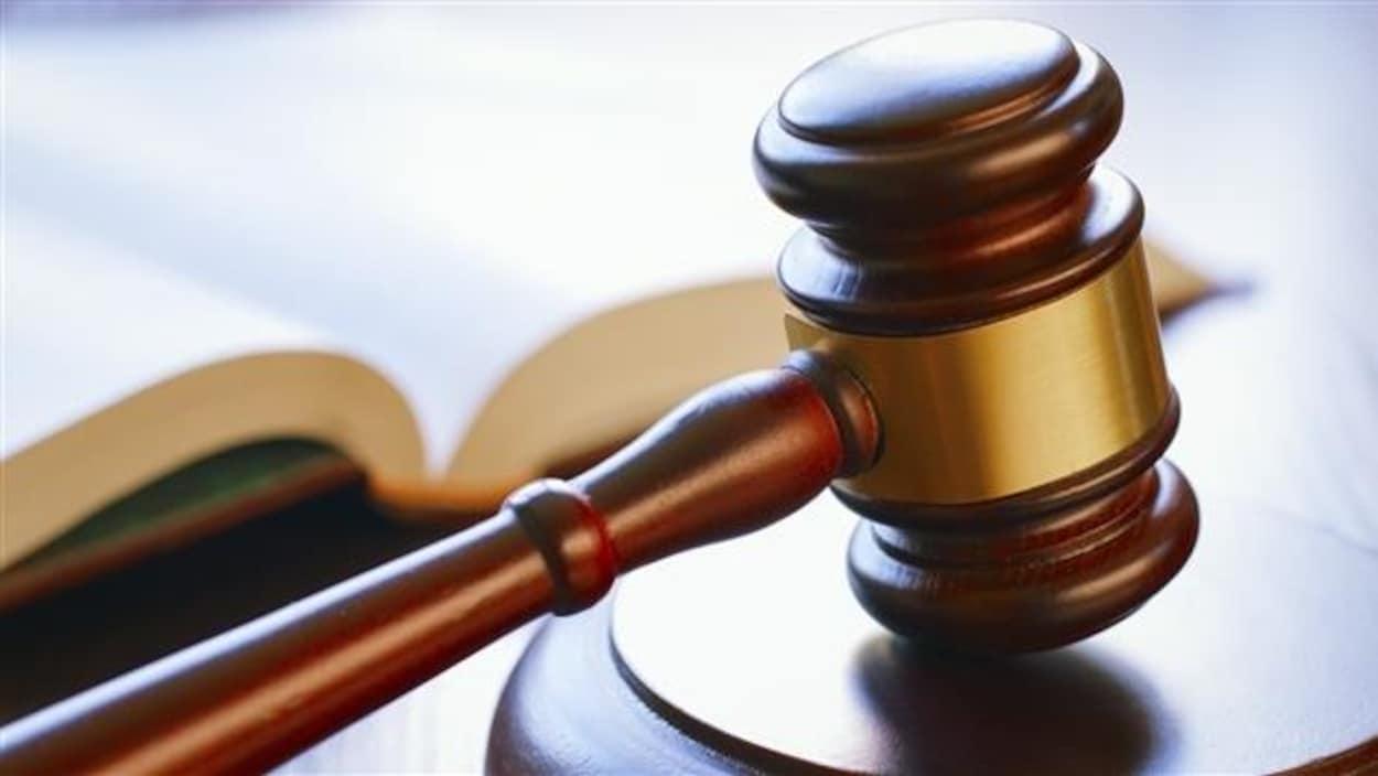 Un marteau de juge.