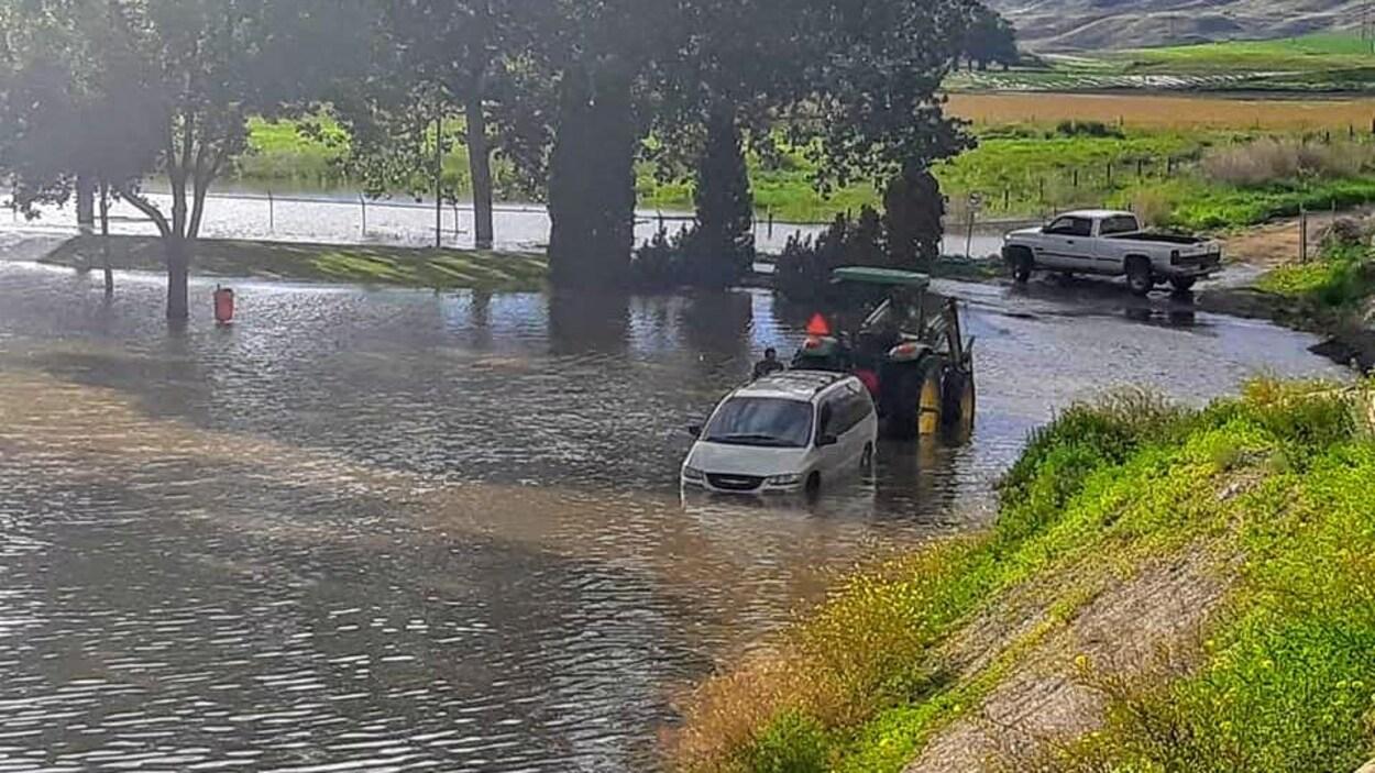 Le niveau de l'eau atteint les pneus d'un véhicule à Cache Creek, en C.-B.