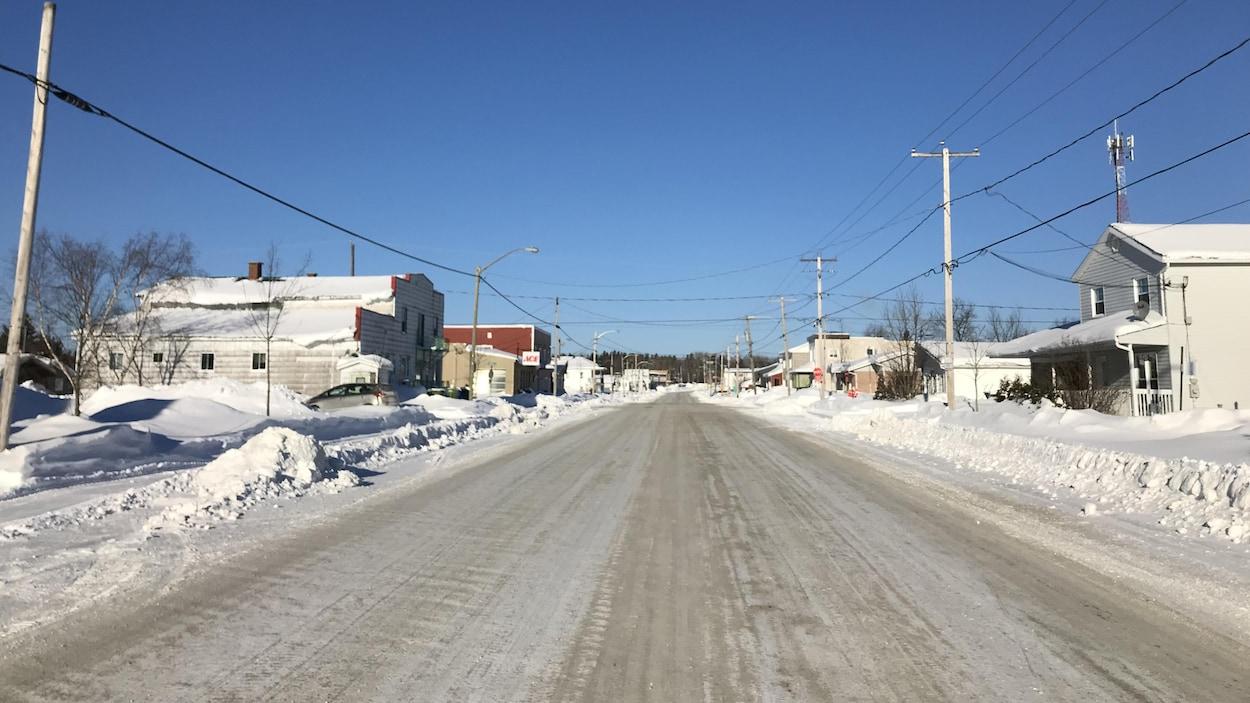 Une rue d'un quartier rural, en hiver.
