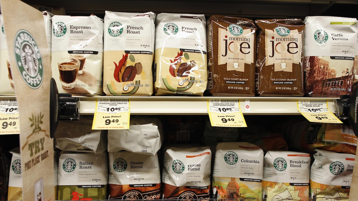 Des sacs de café Starbucks sur les étalages d'un supermarché de Santa Monica, en Californie.