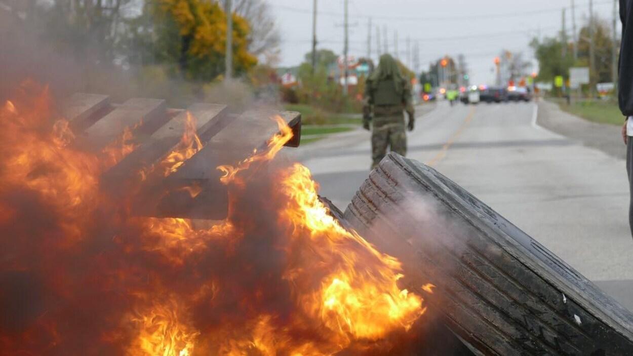 Des flammes se dégagent d'une barricade au milieu de la rue Argyle, à Caledonia.