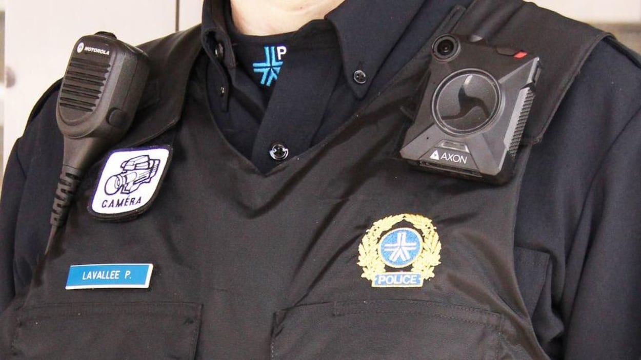 Un policier du SPVM porte une caméra portative.