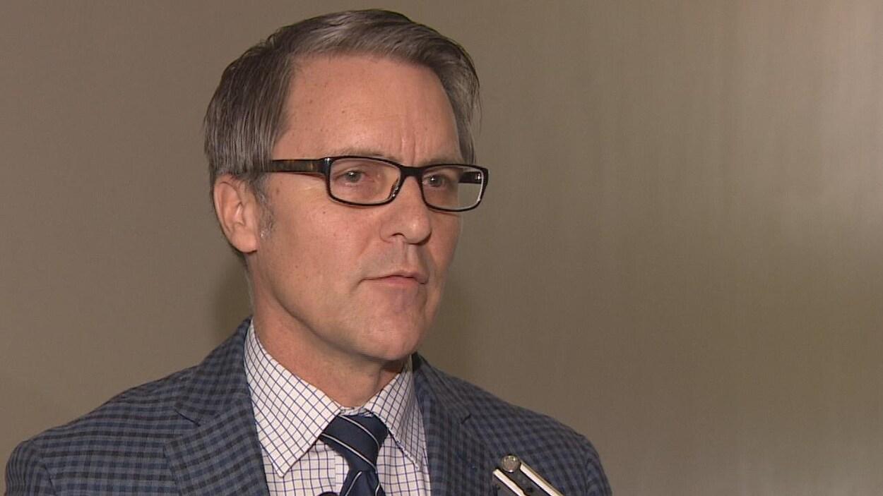 Le ministre des finances du Manitoba, Cameron Friesen, lors d'une conférence de presse sur le déficit de la province.