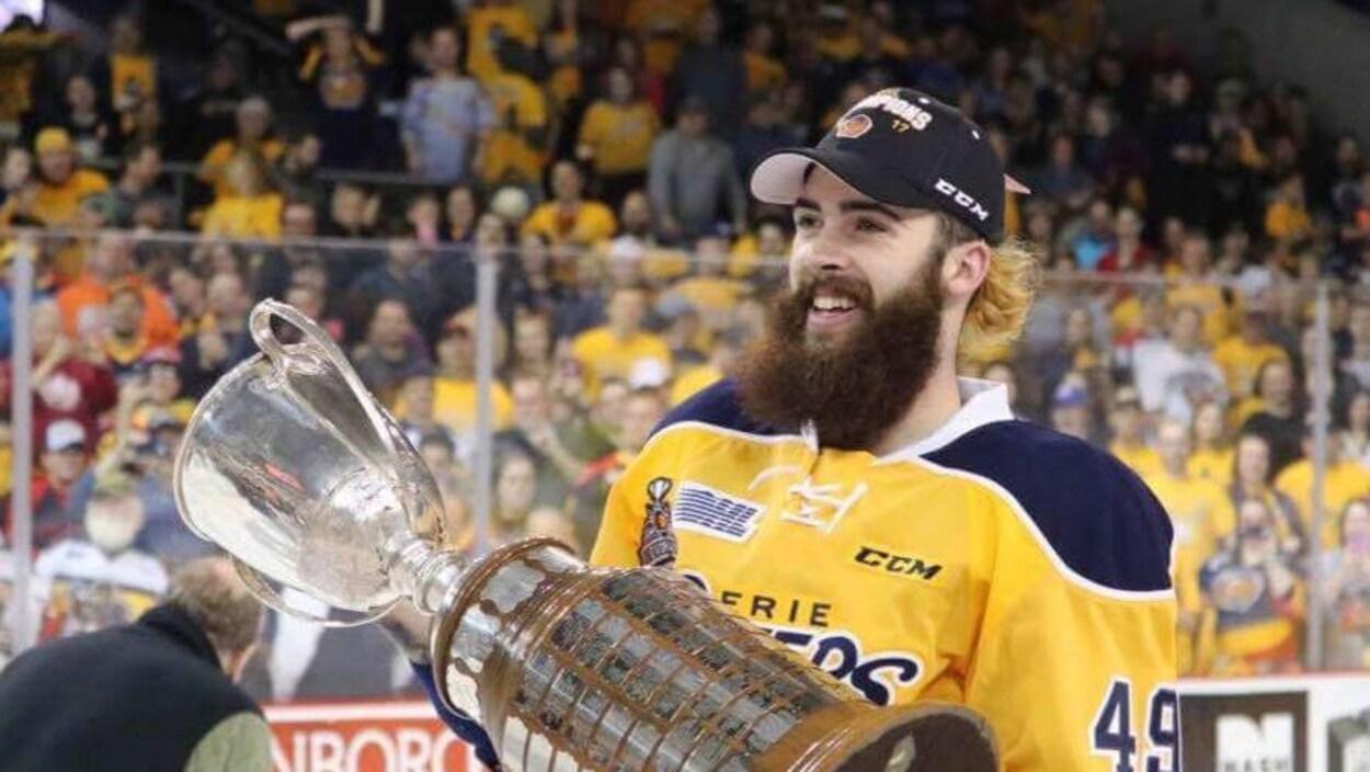 Cameron Lizotte, des Otters d'Erie, soulève le trophée de la Ligue de hockey de l'Ontario.