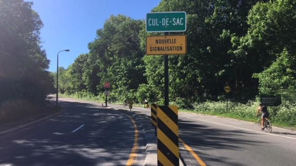 Un panneau de signalement indique que la voie Camillien-Houde est désormais un cul-de- sac.