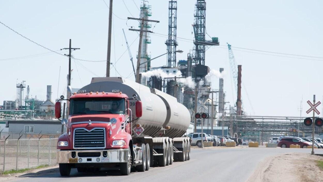 Un camion-citerne devant la raffinerie Co-op de Regina.