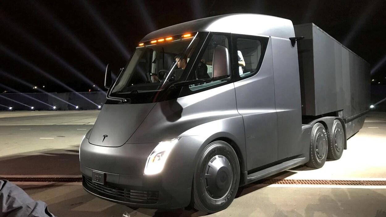 Le nouveau camion électrique de Tesla lors de son dévoilement, dans le cadre d'un événement corporatif.