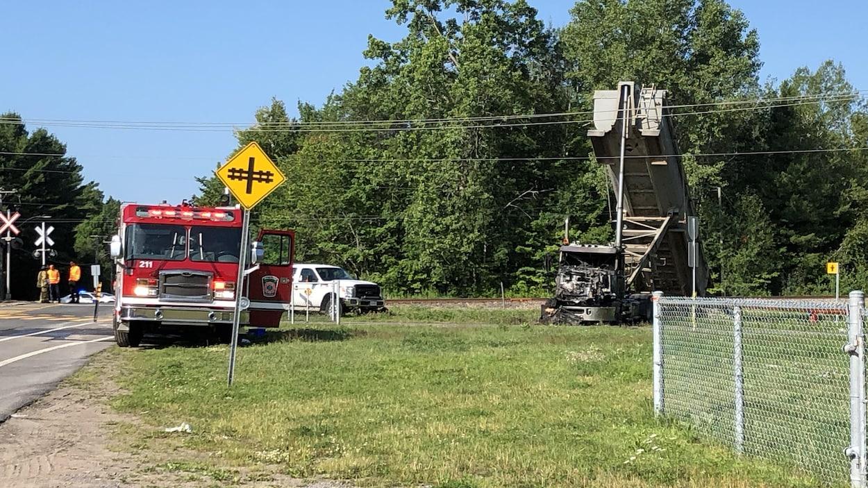Un camion de pompiers et un camion incendié