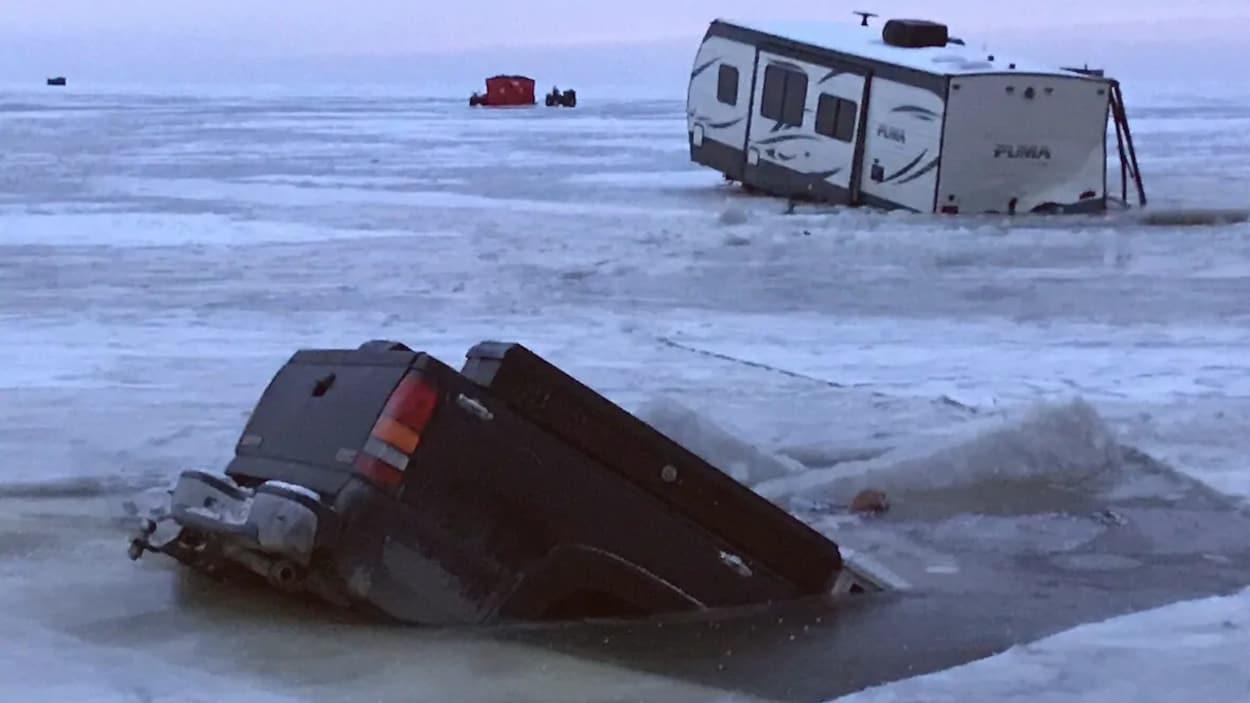 Une voiture dans l'eau.