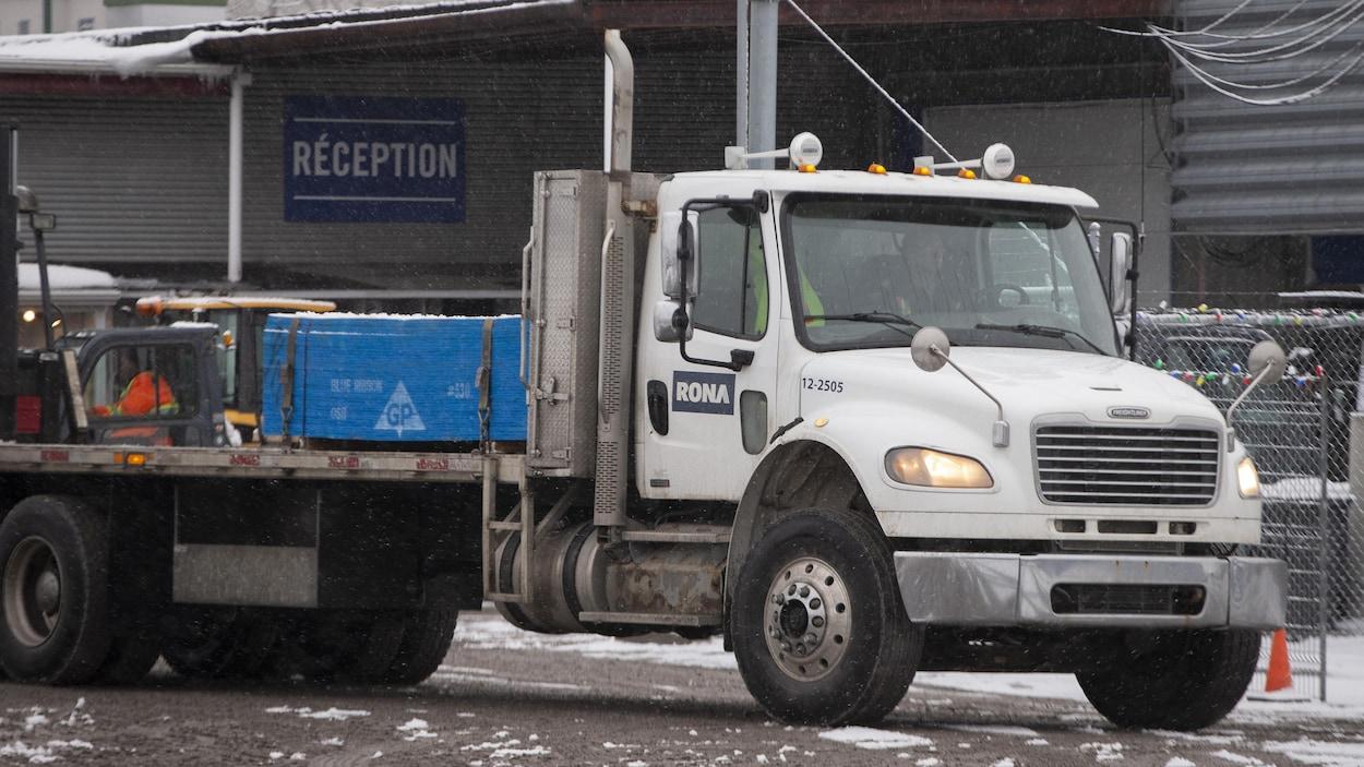 Un camion de livraison