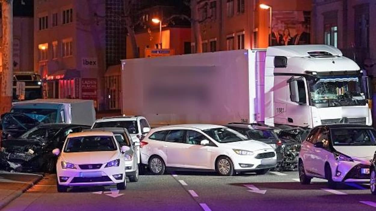 Un camion qui a percuté plusieurs voitures est immobilisé en plein milieu de la chaussée.