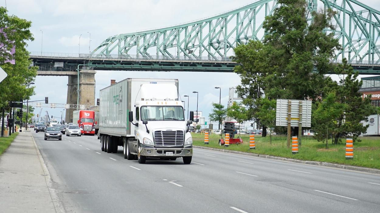 Camions et voitures se côtoient sur l'avenue Viger à Montréal.