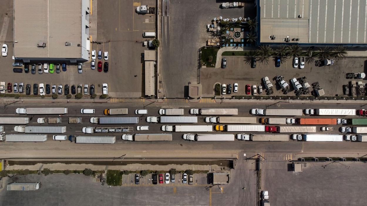 Vue aérienne de camions de marchandises faisant la queue pour traverser vers les États-Unis depuis le Mexique à Tijuana, dans l'État de Basse-Californie.