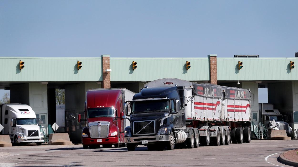 Des camions traversent les douanes canadiennes en provenance des États-Unis à Windsor, Ontario.