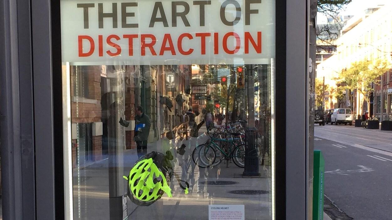 Un panneau afficheur contient un casque de bicyclette éclaté.