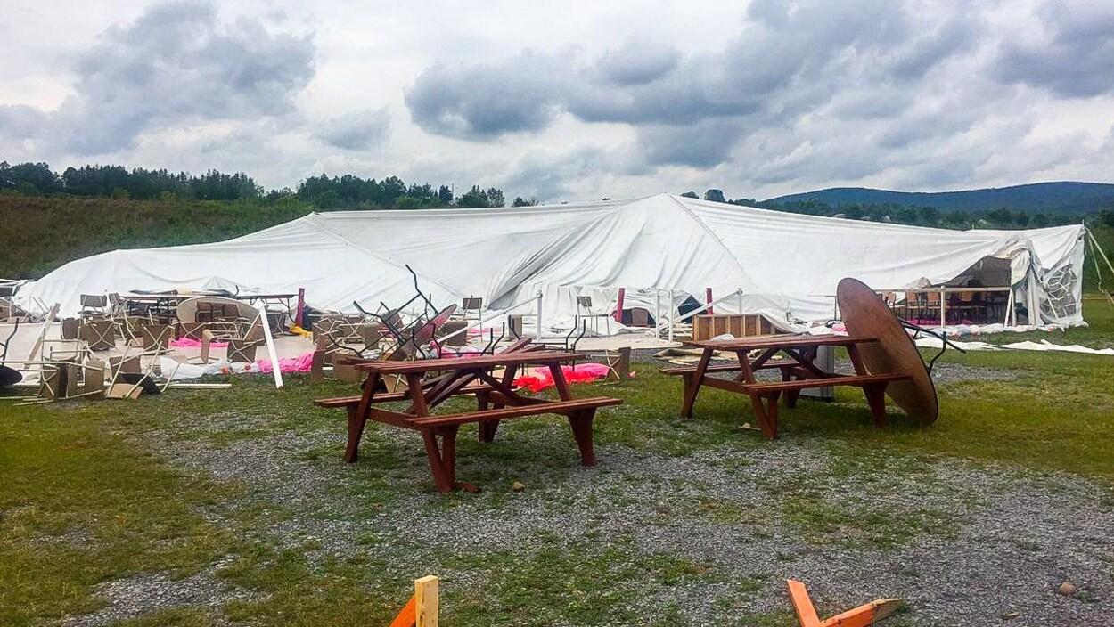 Le chapiteau de la Coop Camping St-Esprit s'est effondré en raison des vents violents, dimanche soir