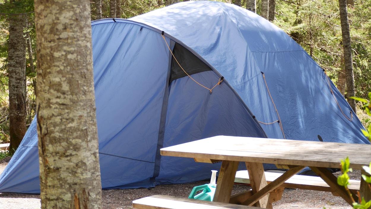Une tente dans un terrain de camping