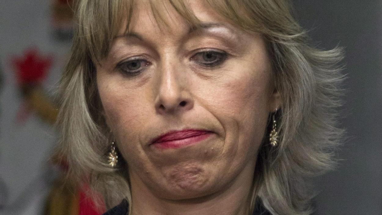 Gros plan du visage d'une femme aux cheveux blonds.