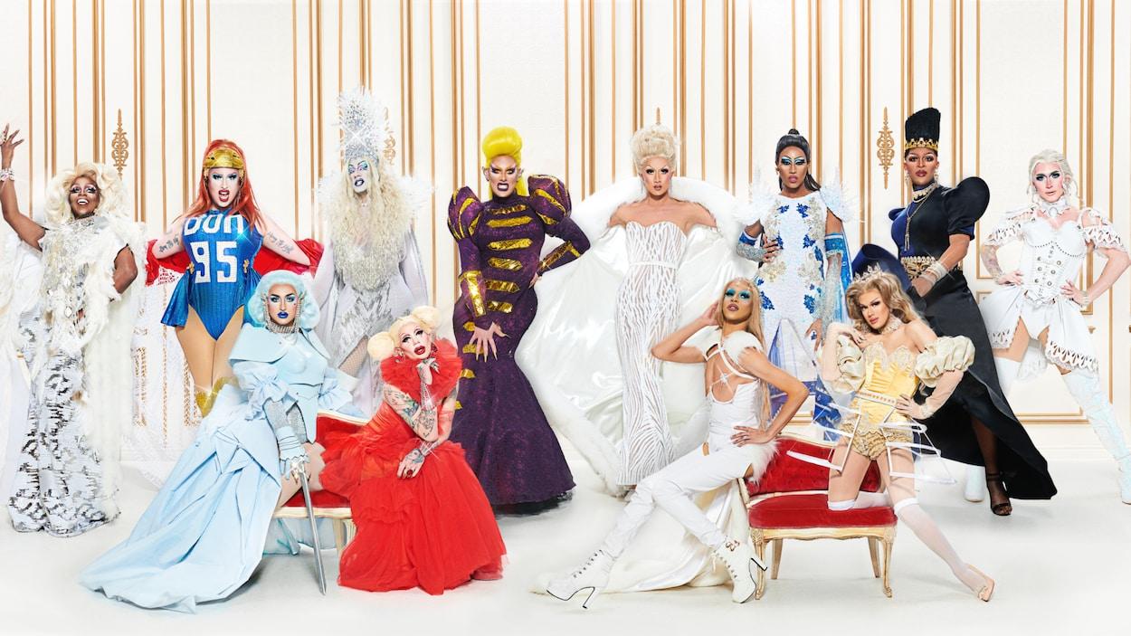 12 drag queens posent.