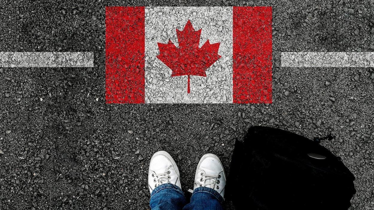 Un drapeau du Canada sur l'asphalte