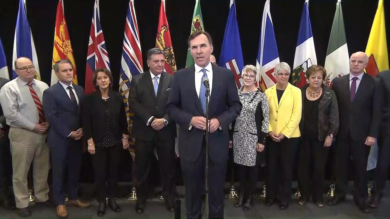 Le ministre fédéral des Finances Bill Morneau entouré de ses homologues des provinces et territoires.