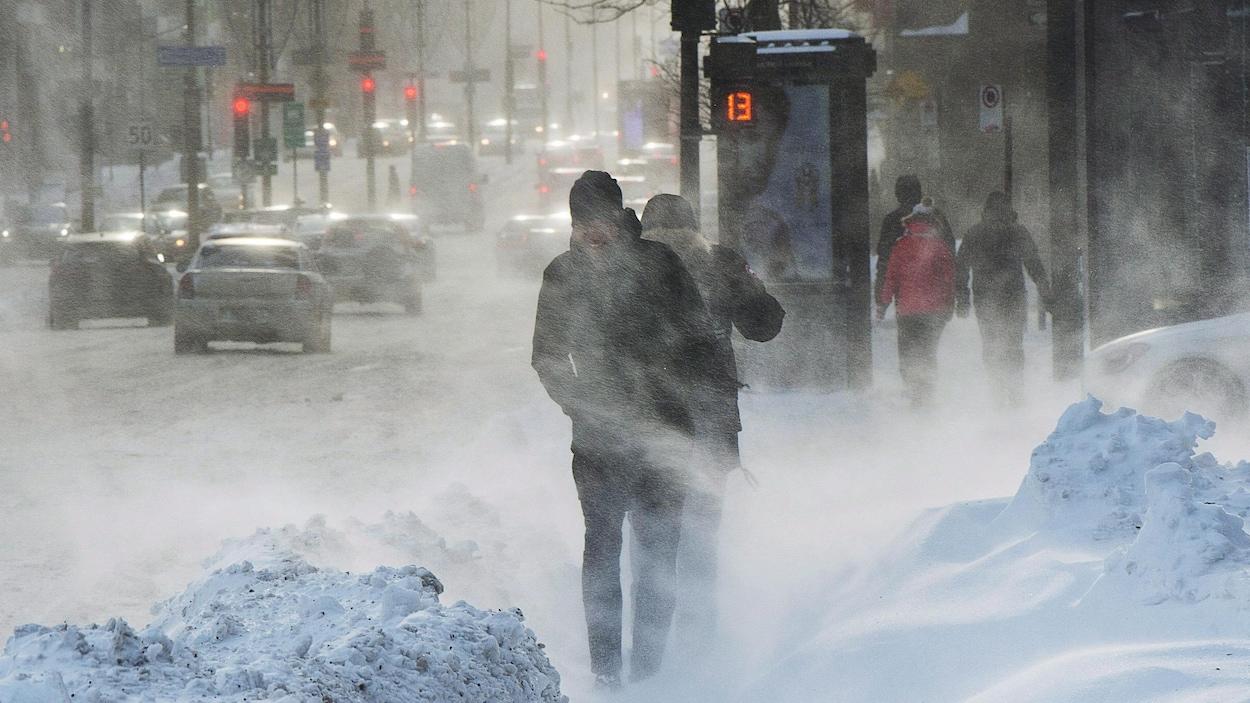 Des passants marchent dans les rues de Montréal alors que l'indice de refroidissement éolien oscille autour de moins 30 degrés Celsius.