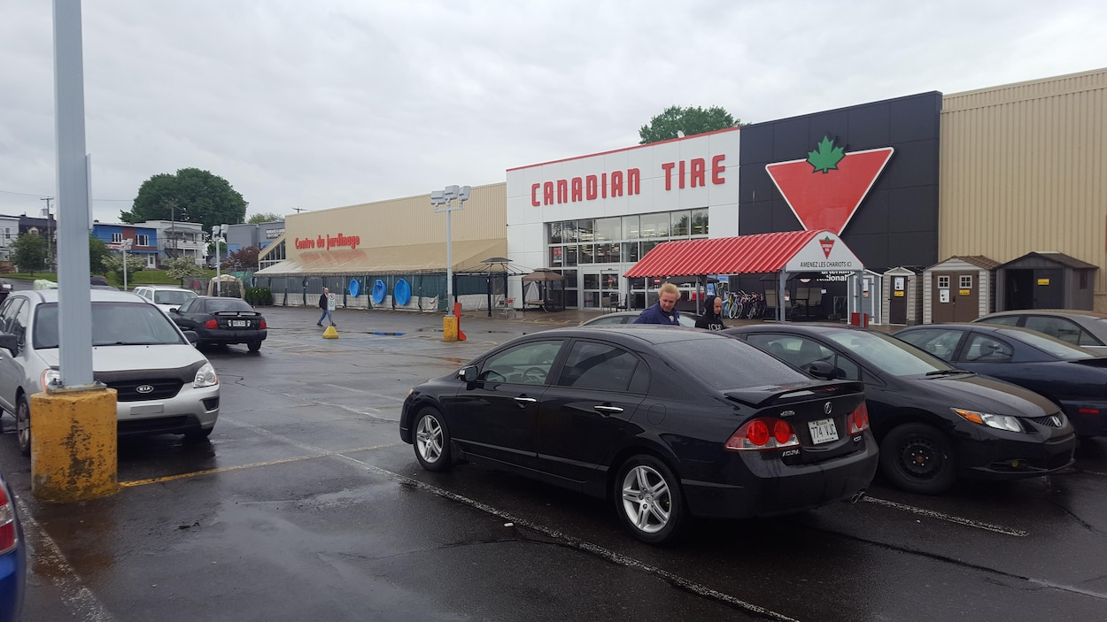 Magasin avec voitures devant