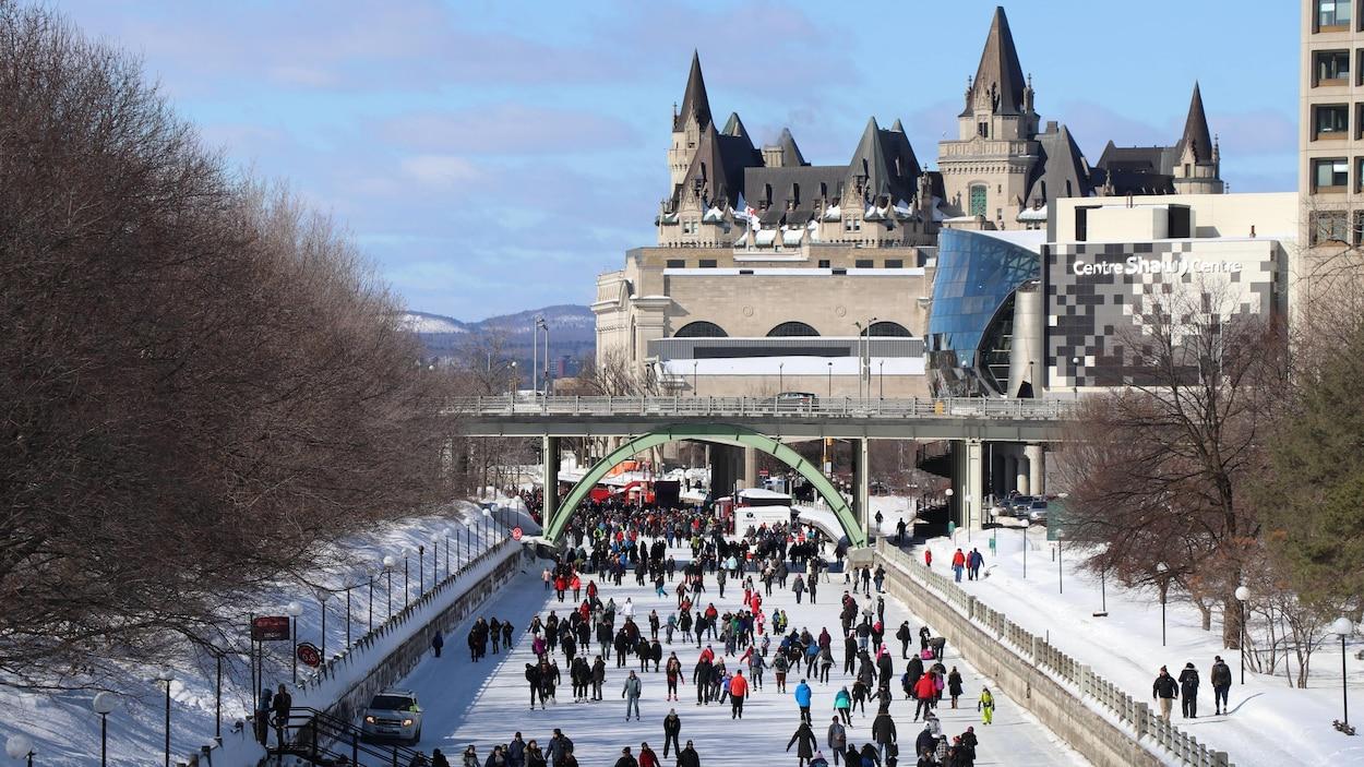 Des patineurs sur le canal Rideau, à Ottawa, par une journée ensoleillée de février.