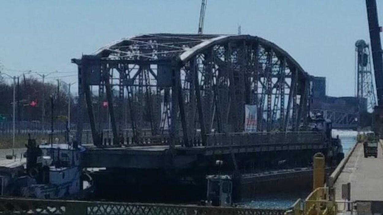 Le pont Forks Road est déposé sur une structure flottante pour être remorqué sur les eaux.