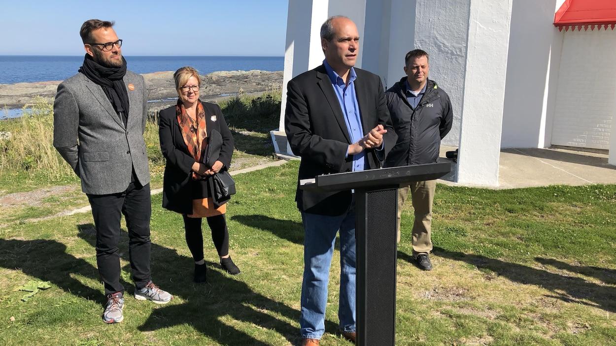 Les quatre candidats néo-démocrates tiennent un point de presse à l'extérieur, près du fleuve.