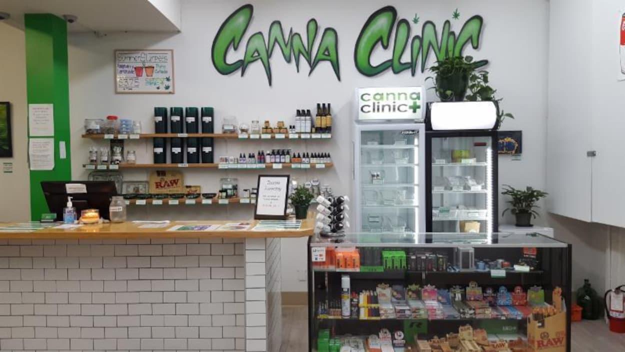L'intérieur du magasin Canna Clinic de Banff