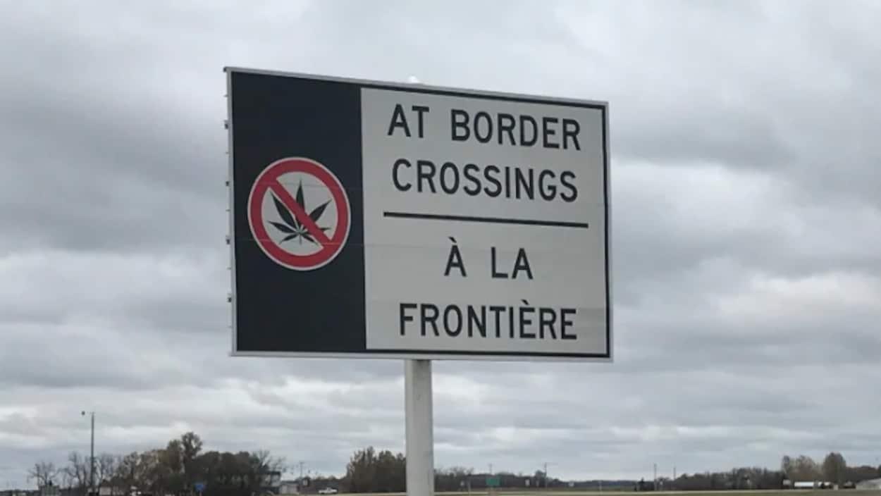 Une pancarte installée par l'Agence des services frontaliers du Canada prévient les voyageurs qu'ils ne peuvent pas traverser la frontière américaine avec du cannabis.