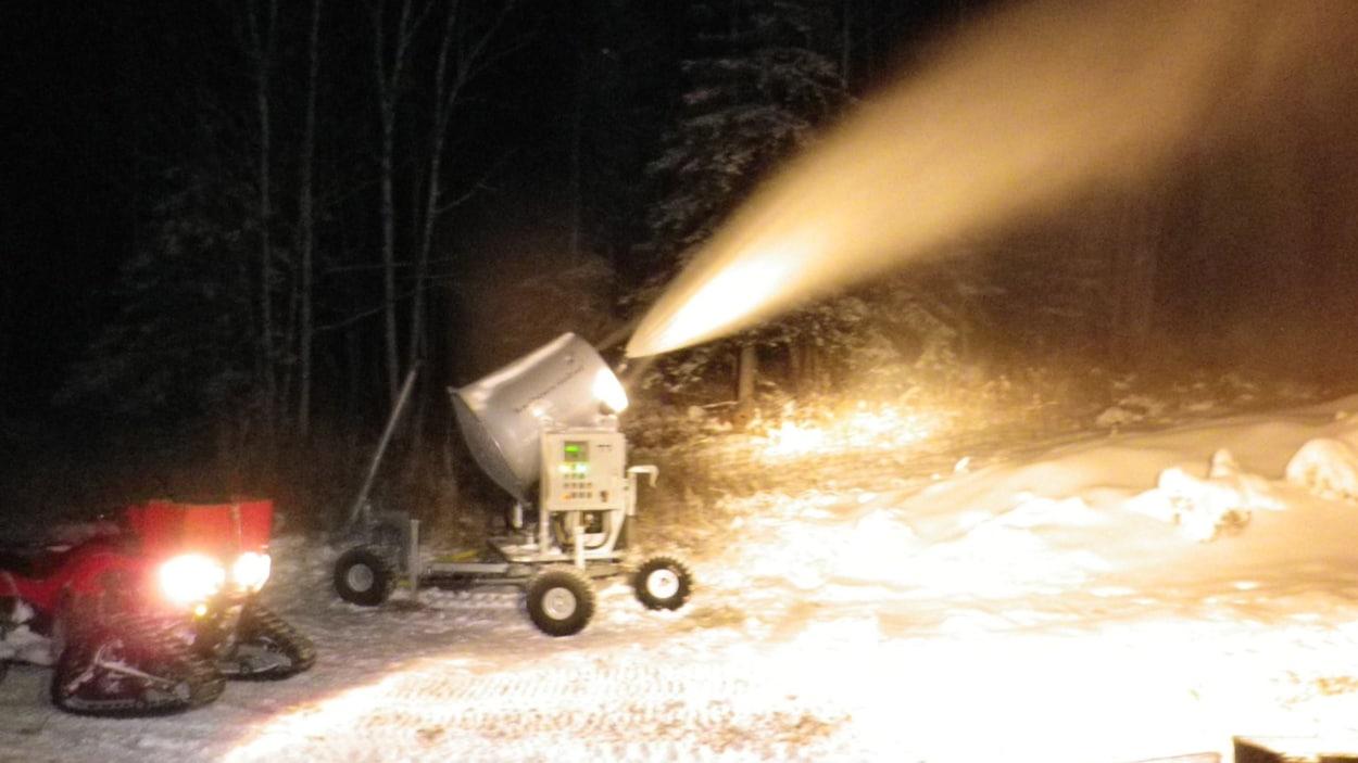 Un canon à neige à l'oeuvre