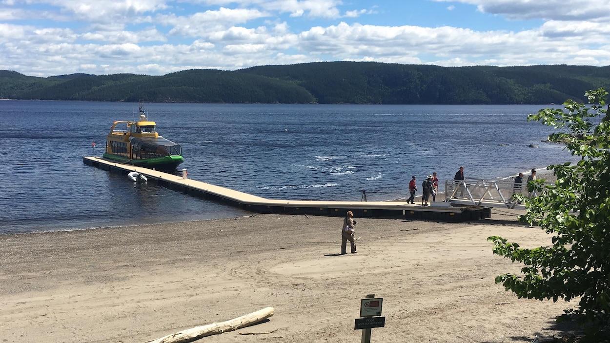 Il y a un bateau accosté à un quai.