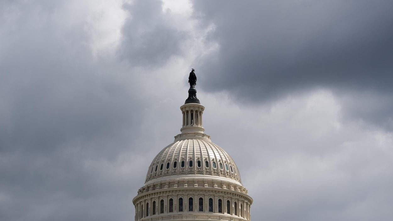 La coupole du Capitole sous les nuages à Washington.