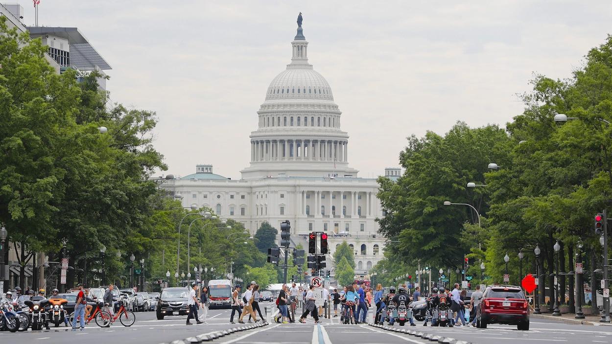 Une rue passante près du Capitole de Washington.