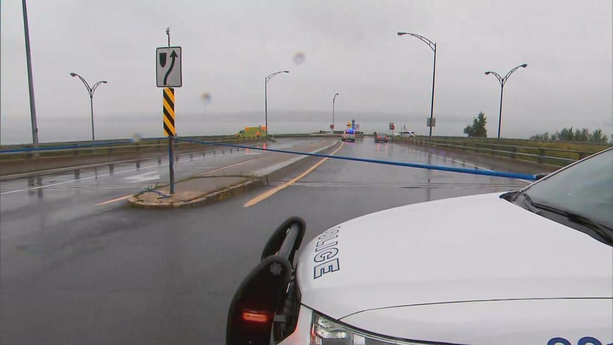 Une voiture de police bloque la route sur le boulevard des Chutes à Beauport