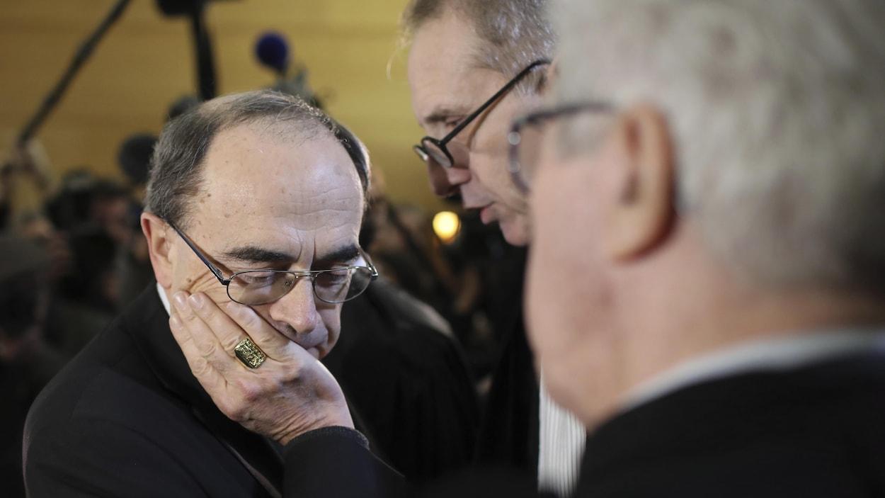 Le cardinal Philippe Barbarin écoute ses avocats Jean-Felix Luciani et Andre Soulier.